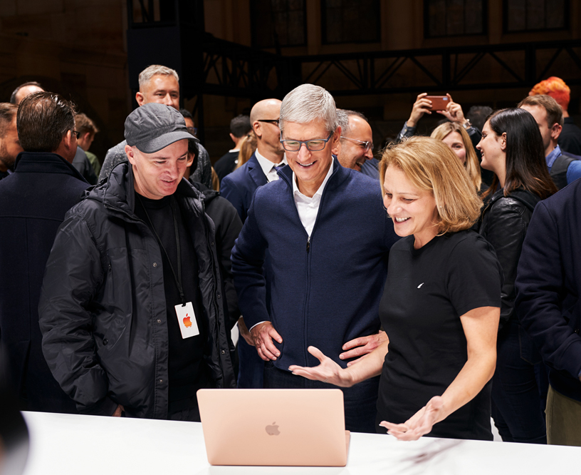 KAWS 和 Tim Cook 与 Apple 员工一起试用 MacBook Air。