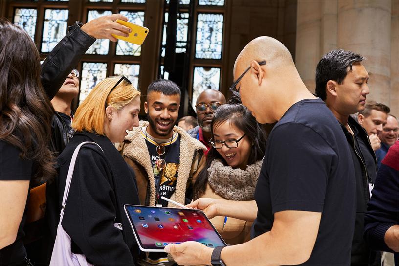 主题演讲嘉宾和 Apple 员工一起试用新一代 iPad Pro。