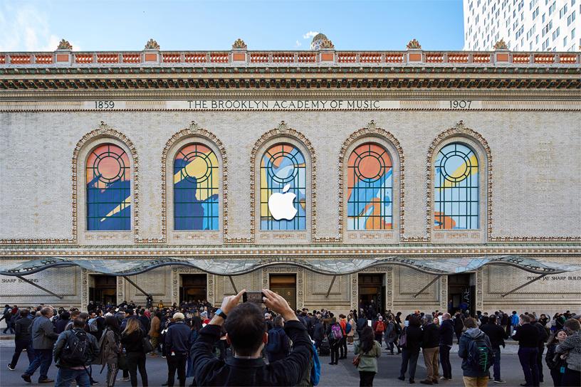 前来布鲁克林音乐学院参加 Apple 主题演讲的嘉宾。