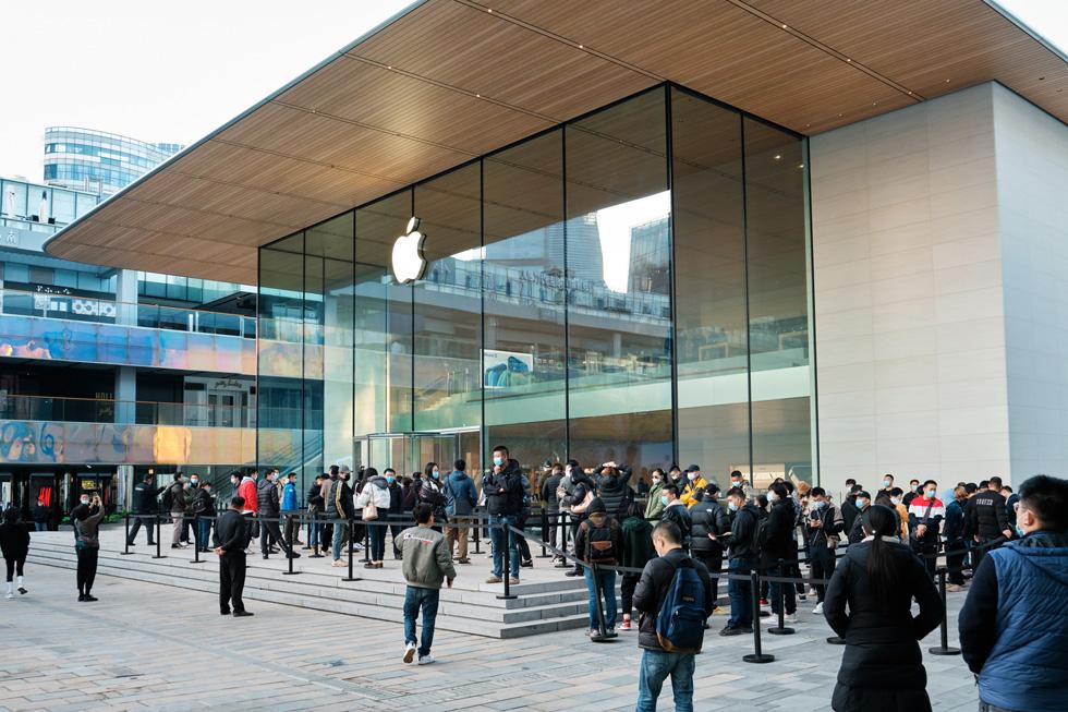 Apple 三里屯零售店外,顾客排队等候购买全新 iPhone 12 Pro Max 和 iPhone 12 mini。