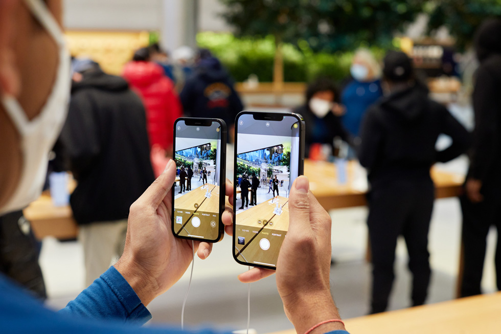 Apple 团队成员对比 iPhone 12 Pro Max 和 iPhone 12 mini 的摄像头。