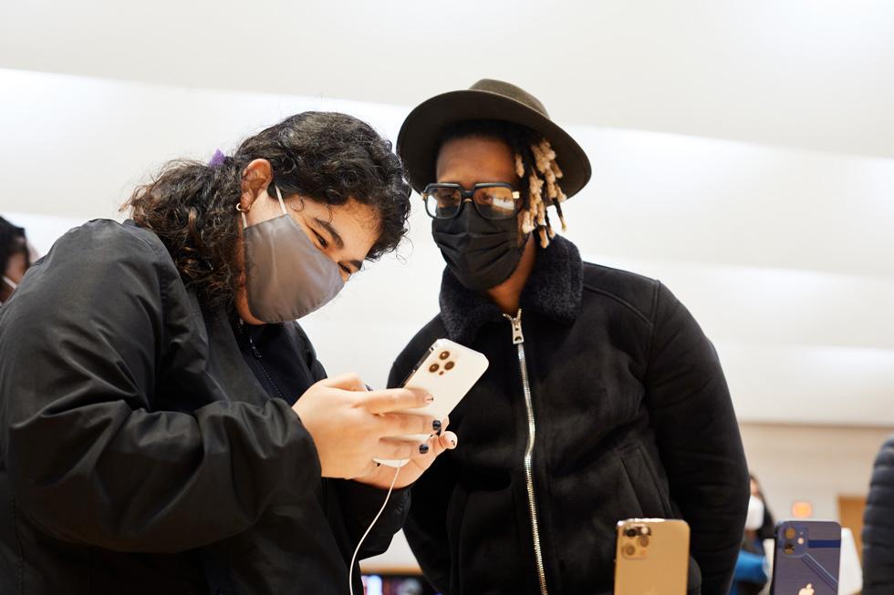 一位顾客正在试用全新 iPhone 12 Pro Max。