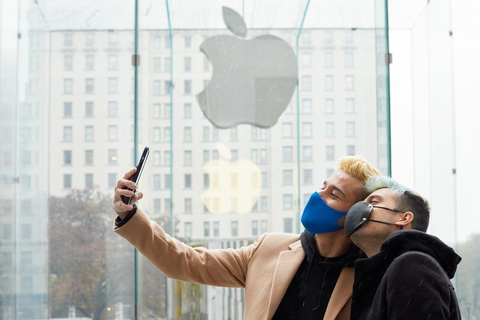 顾客在 Apple 第五大道零售店用全新 iPhone 12 Pro Max 自拍。
