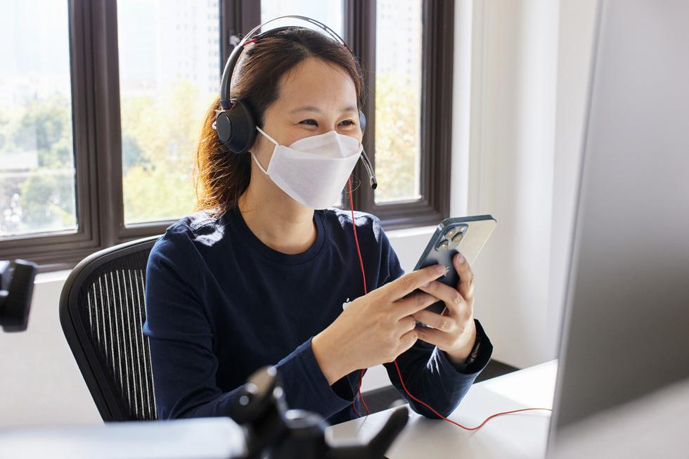 一位 Apple 在线团队成员在上海呼叫中心提供有关 iPhone 12 Pro Max 的支持。