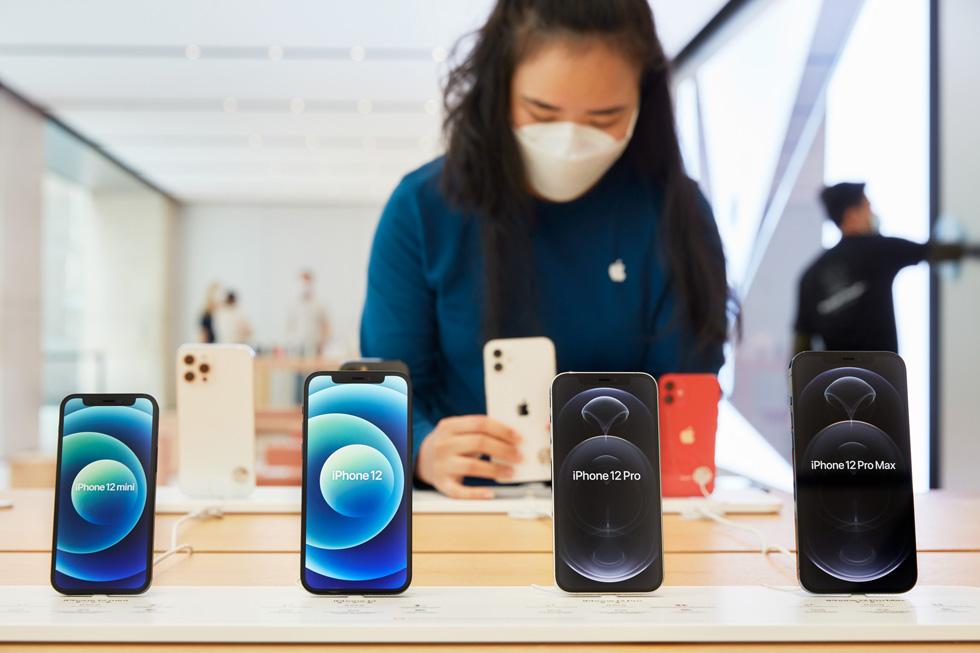 一位 Apple Sydney 零售店团队成员正在整理 iPhone 12 mini、iPhone 12、iPhone 12 Pro 和 iPhone 12 Pro Max 的陈列摆放。