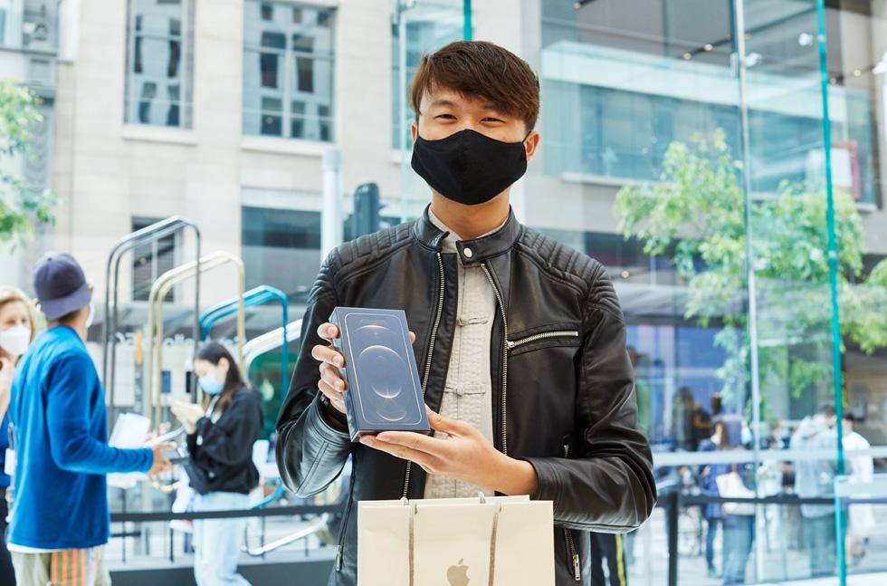 一位满面笑容的顾客在 Apple Sydney 刚刚购买全新 iPhone 12 Pro Max。