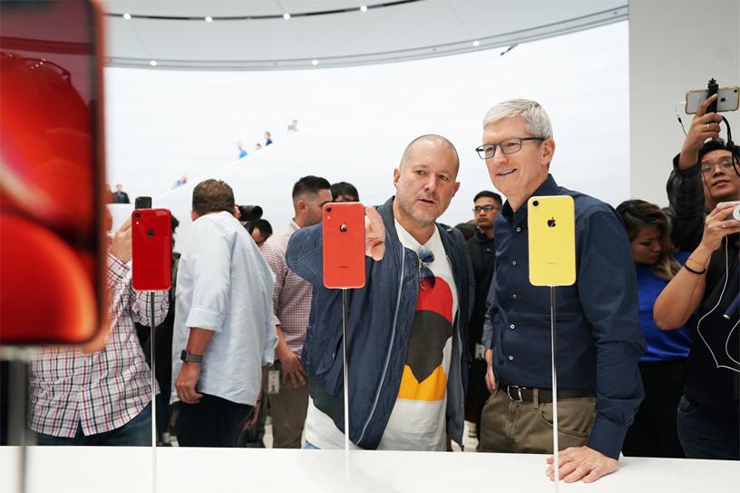 Jony Ive 和 Tim Cook 体验 iPhone XR。