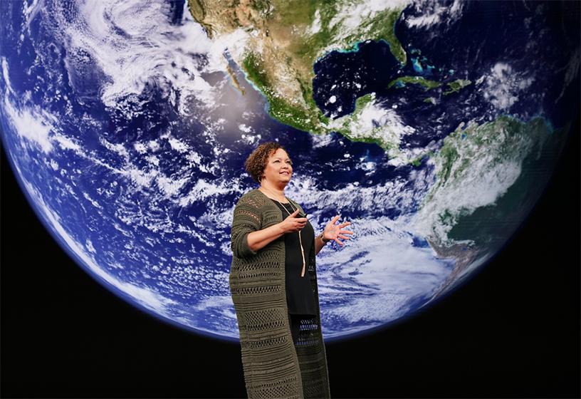 Lisa Jackson 在 Apple 的 9 月特别活动中登台演讲。
