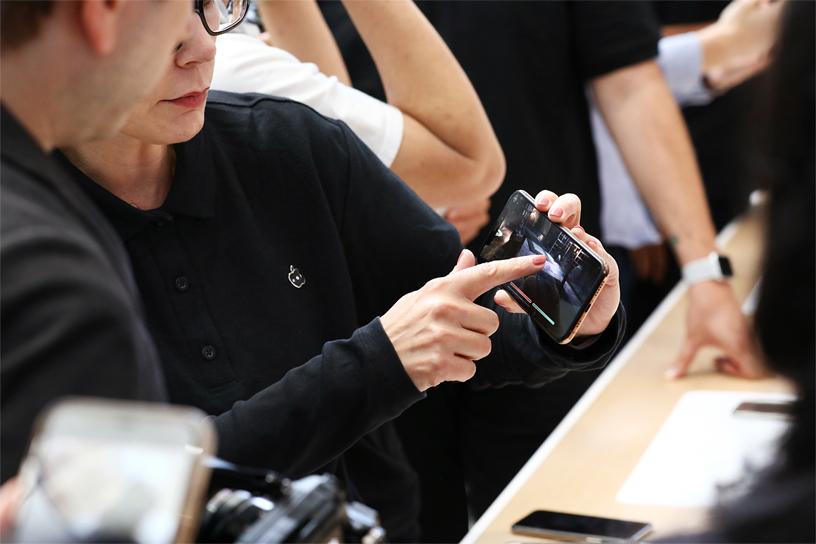 嘉宾体验 iPhone Xs。