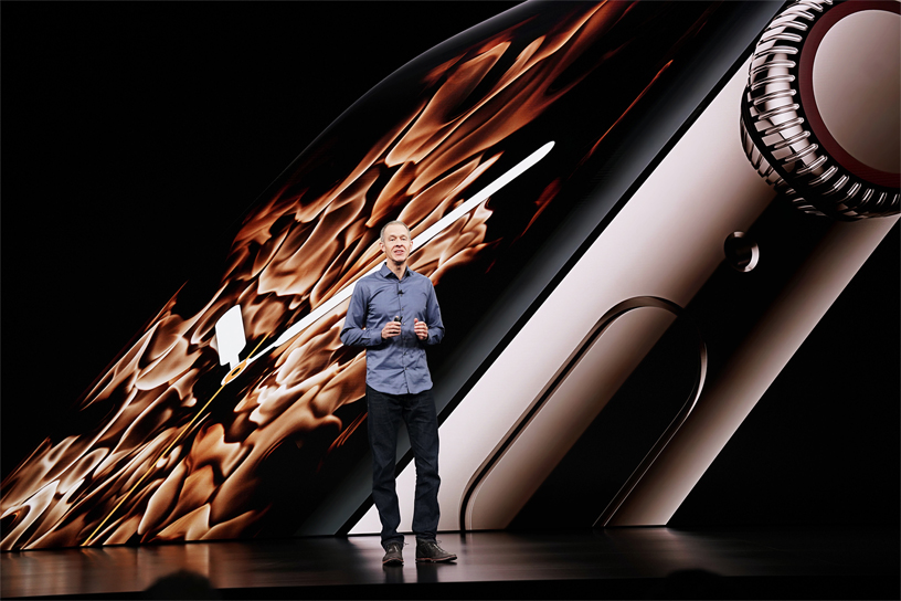 Jeff Williams 亮相展示新的 Apple Watch Series 4。