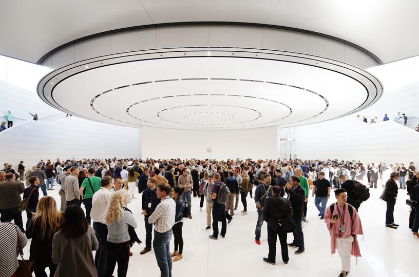 宾客在 Steve Jobs Theater 的动手体验区。