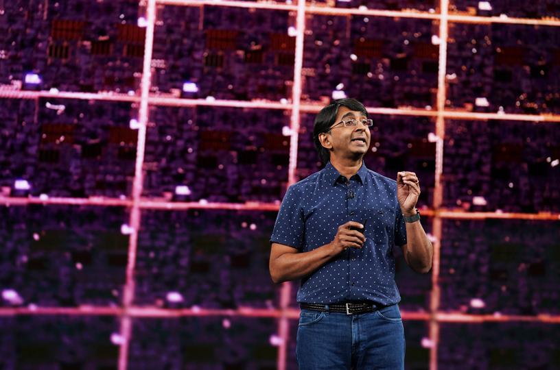 Sri Santhanam 在 Steve Jobs Theater 的舞台上。