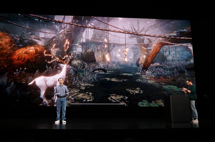 Yang Yang 在 Steve Jobs Theater 的舞台上。