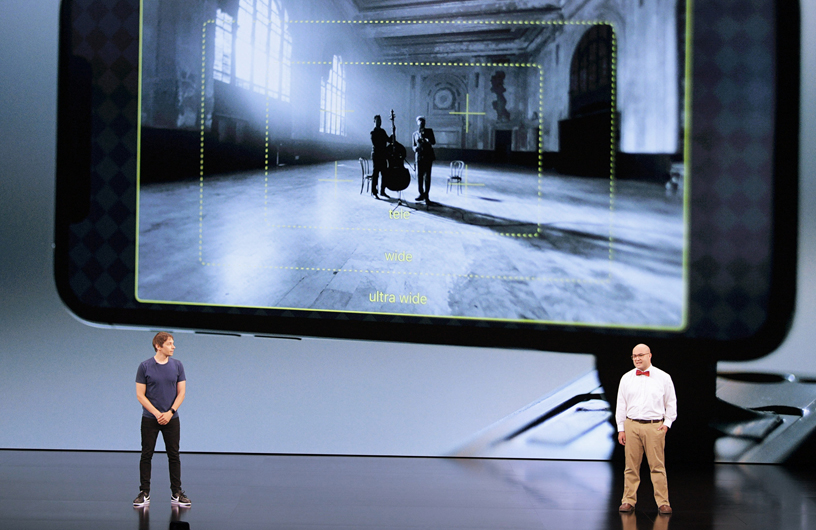 Sean Baker 和 Christopher Cohen 在 Steve Jobs Theater 的舞台上。