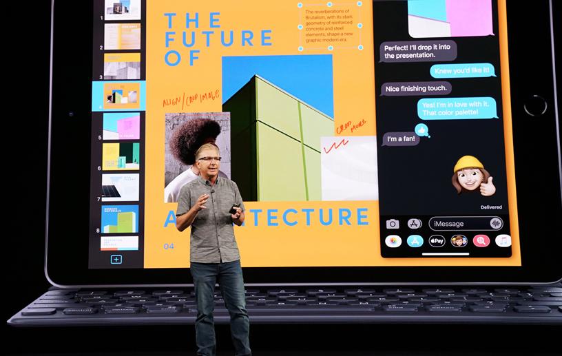 Greg Joswiak 在 Steve Jobs Theater 的舞台上。