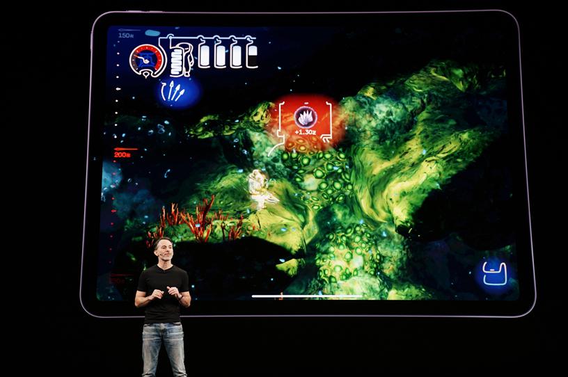 Peter Fabiano 在 Steve Jobs Theater 的舞台上。