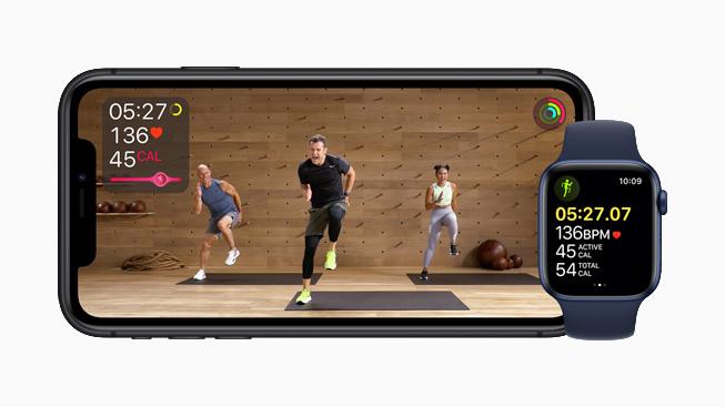 iPhone 11 Pro 显示 Apple Fitness+ 中的健身房健身项目。