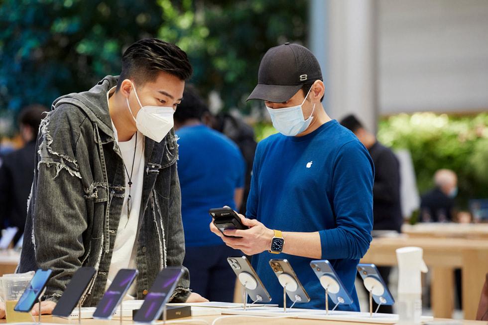 Apple Fifth Avenue 零售店团队成员正在帮助顾客购买产品。
