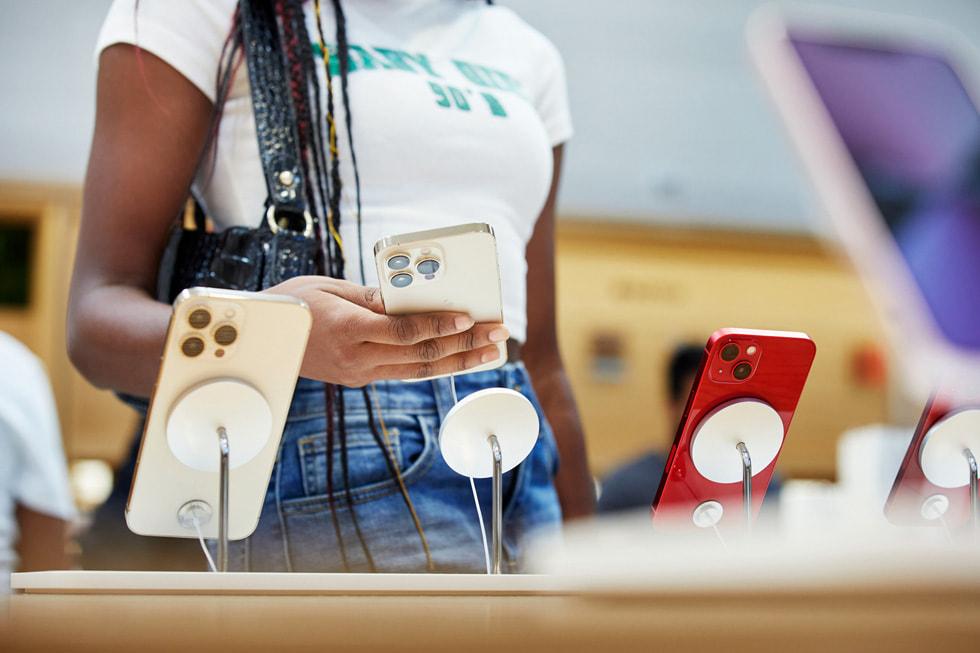 Apple Fifth Avenue 零售店内的顾客正在比较 iPhone 13 与 iPhone 13 Pro 机型。