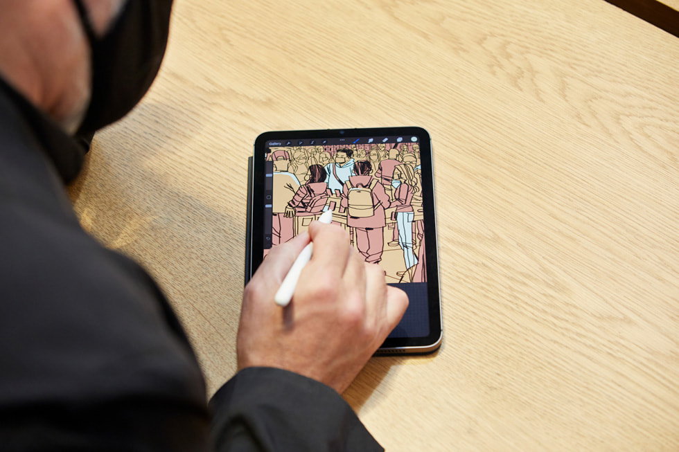 艺术家 Jorge Colombo 使用 Apple Pencil 在新款 iPad mini 上绘画 Apple Fifth Avenue 零售店内的情景。