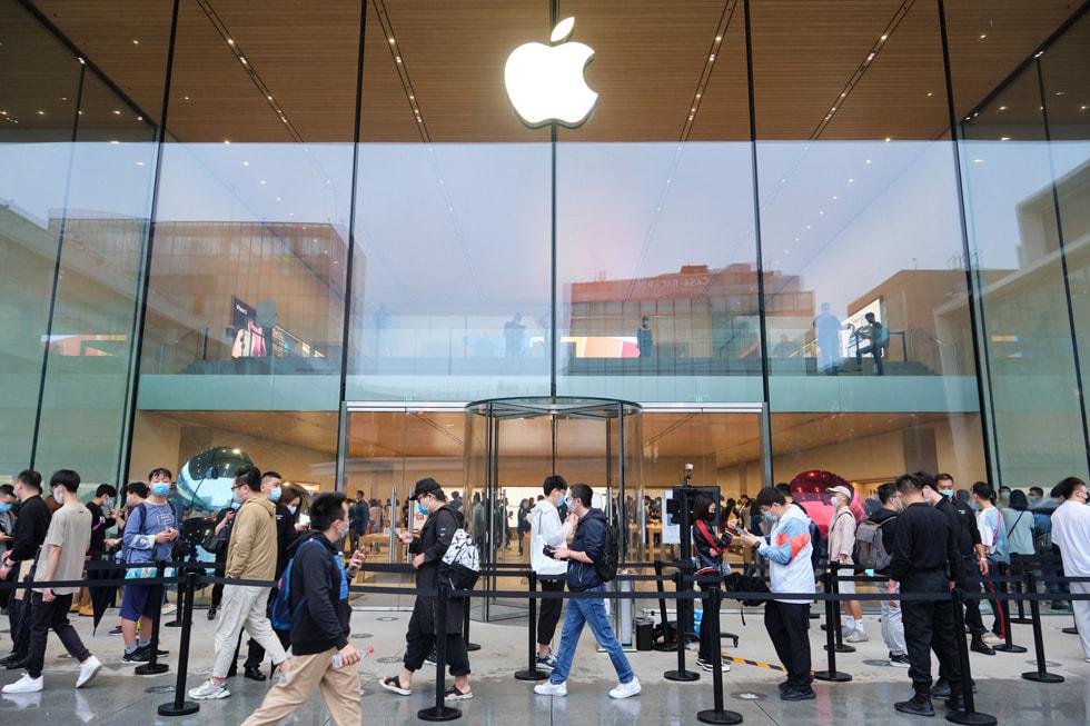 Apple 三里屯零售店门外排队的顾客。