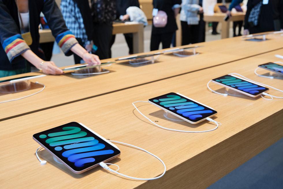 Apple 三里屯零售店内展示的新款 iPad mini。