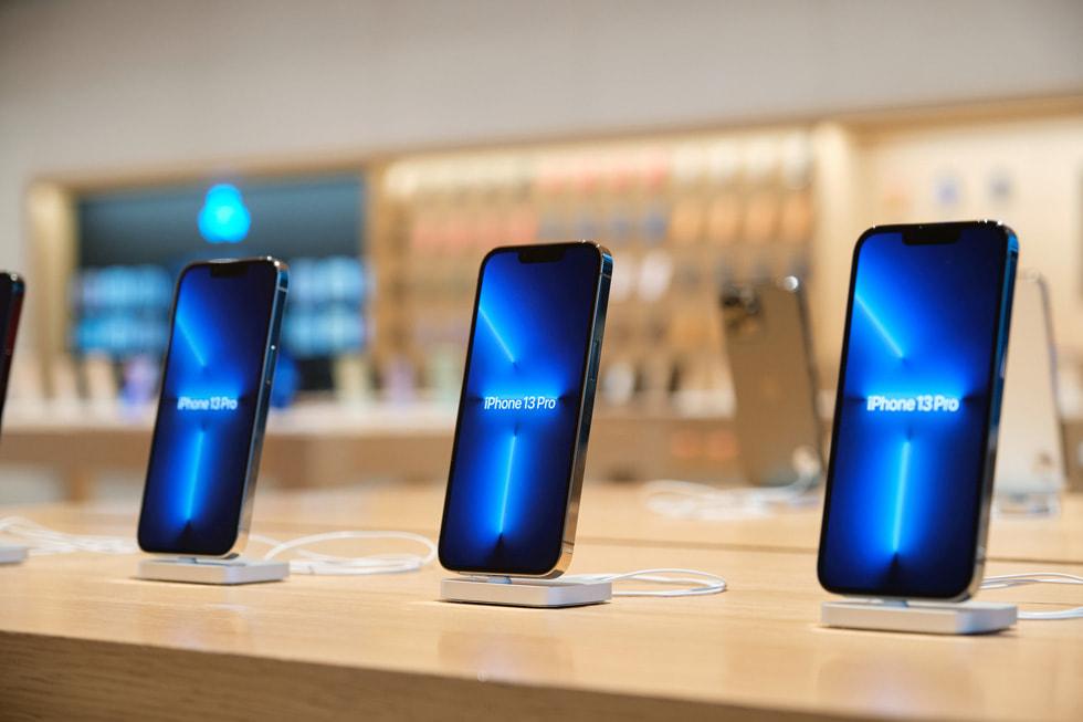 Apple 三里屯零售店内摆放 iPhone 13 Pro 的展示台的特写照片。