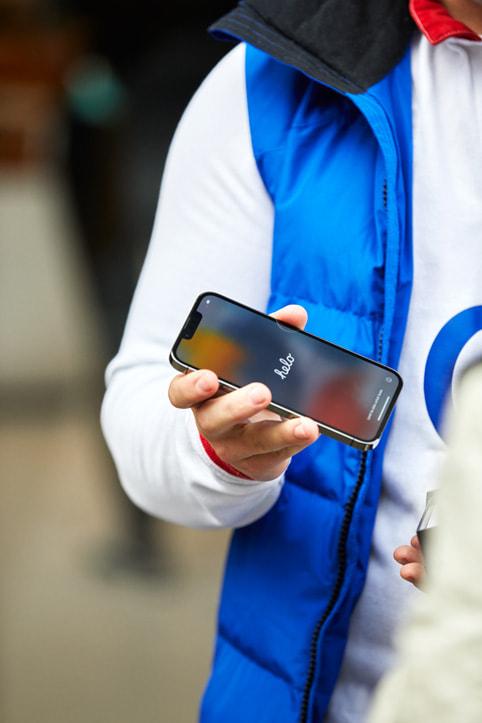 Apple Regent Street 零售店内, 顾客正在设置新购入的 iPhone 13。