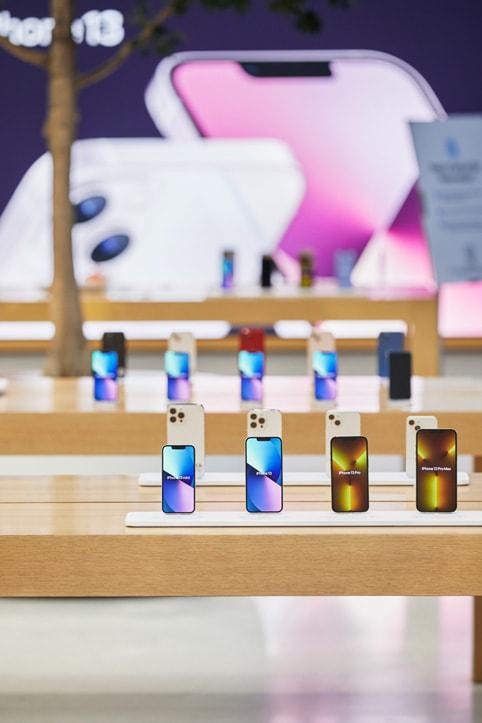 Apple Regent Street 零售店内展示的 iPhone 13 机型。