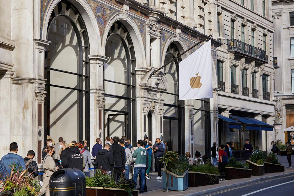 Apple Regent Street 零售店外正在排队的顾客。