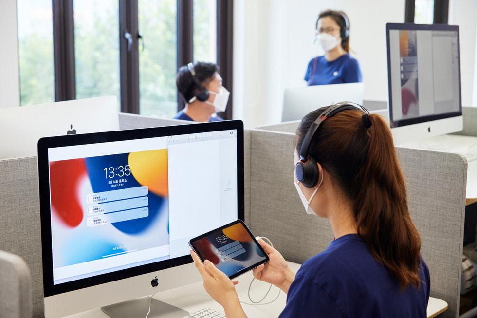 在 Apple 位于上海的呼叫中心,一位 Apple 在线团队成员正在为顾客提供有关全新 iPad mini 的指导。