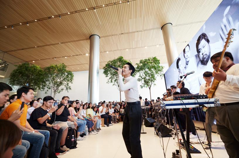泰国乐队 Polycat 在 Apple Iconsiam 进行表演。