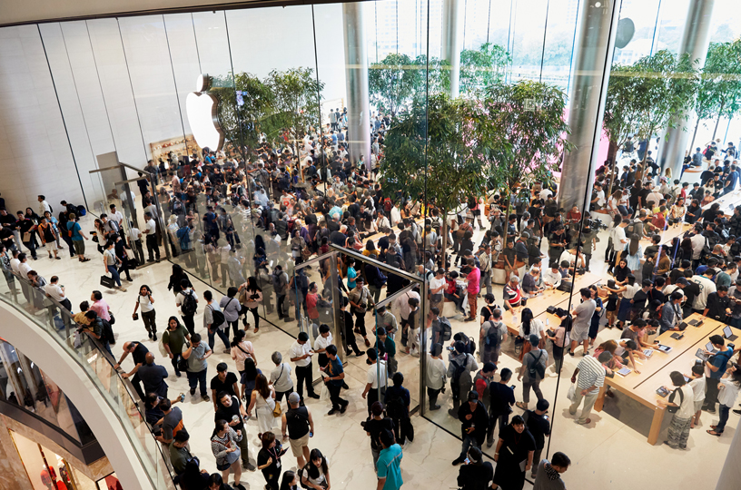Apple Iconsiam 店内的人群。