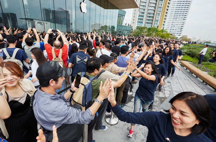 顾客排队等候进入 Apple Iconsiam。
