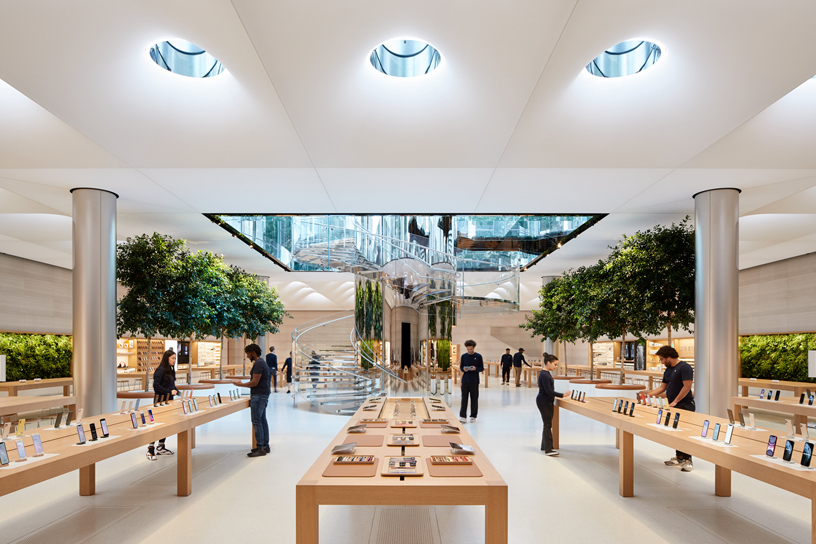 焕然新装的 Apple 第五大道零售店内部。
