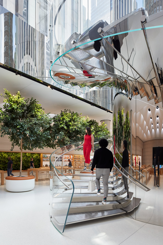 Apple 第五大道零售店的不锈钢螺旋阶梯。
