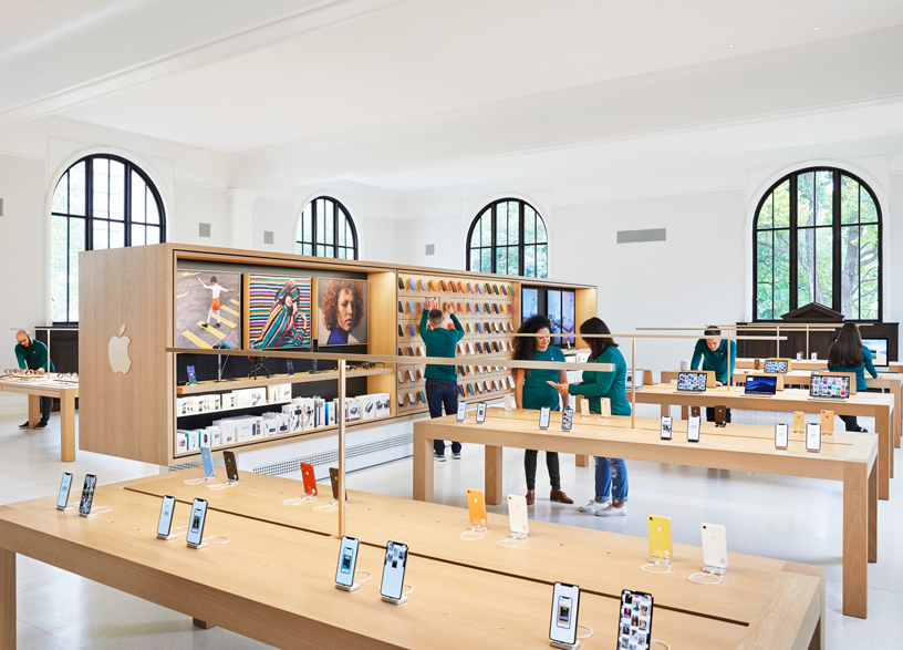 Apple Carnegie Library 零售店内部。