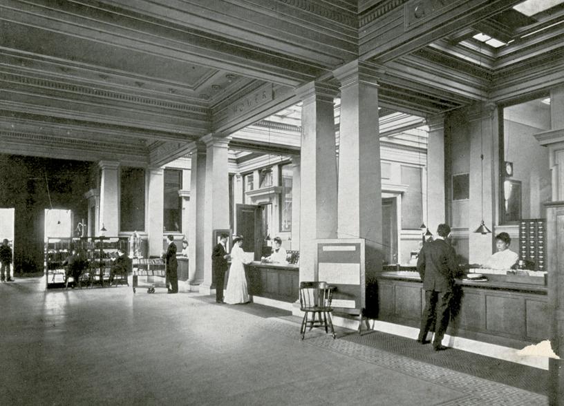 读者在图书馆借阅处的档案照片。