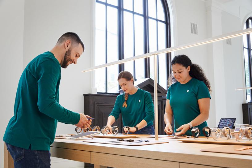 Apple Carnegie Library 零售店的员工。