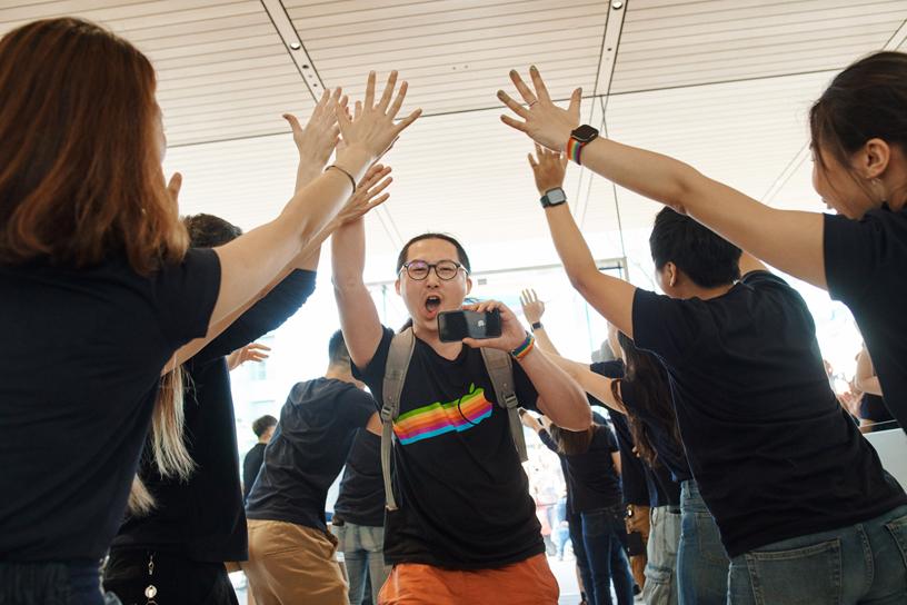 顾客走进台北新开幕的 Apple 信义 A13。