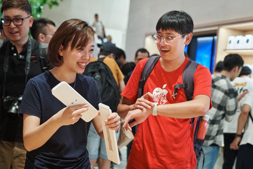 Apple 信义 A13 的团队成员正在协助顾客体验 Apple Watch。