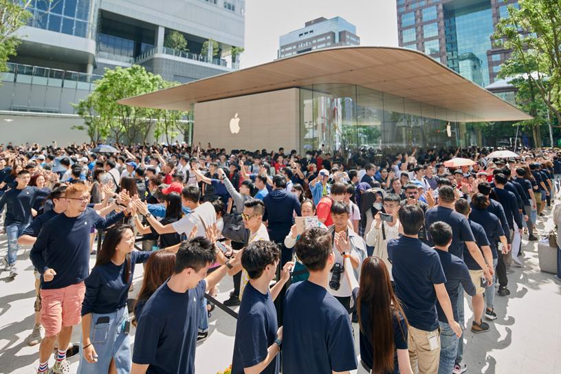 Apple 信义 A13 店外的人群。