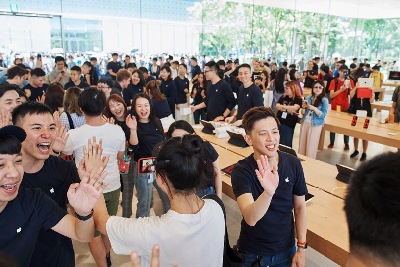 Apple 信义 A13 的团队成员与顾客在店内。