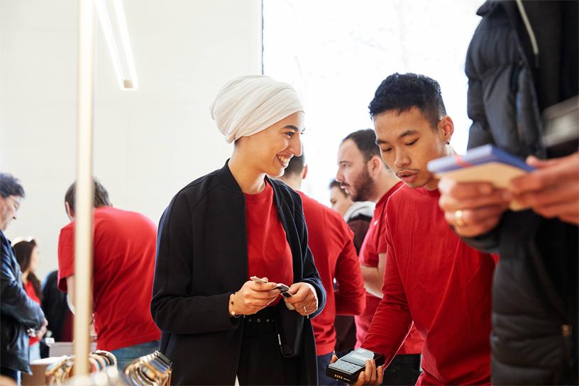 Apple Champs-Élysées 的员工置身于顾客当中。