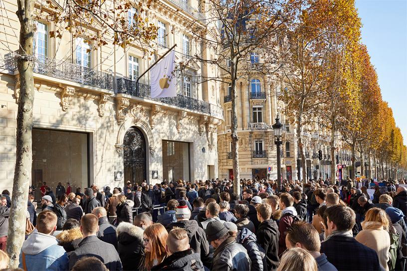 Apple Champs-Élysées 店外宾客云集。