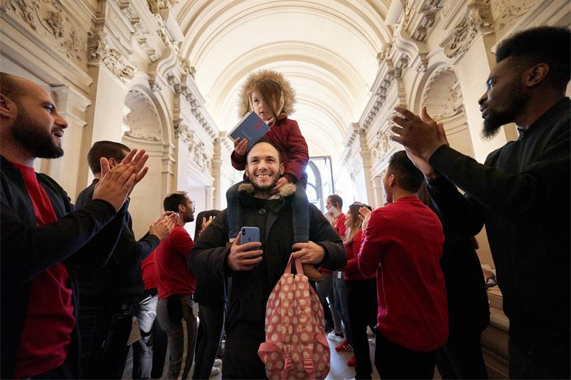 Apple Champs-Élysées 的员工热情迎接到访的顾客。