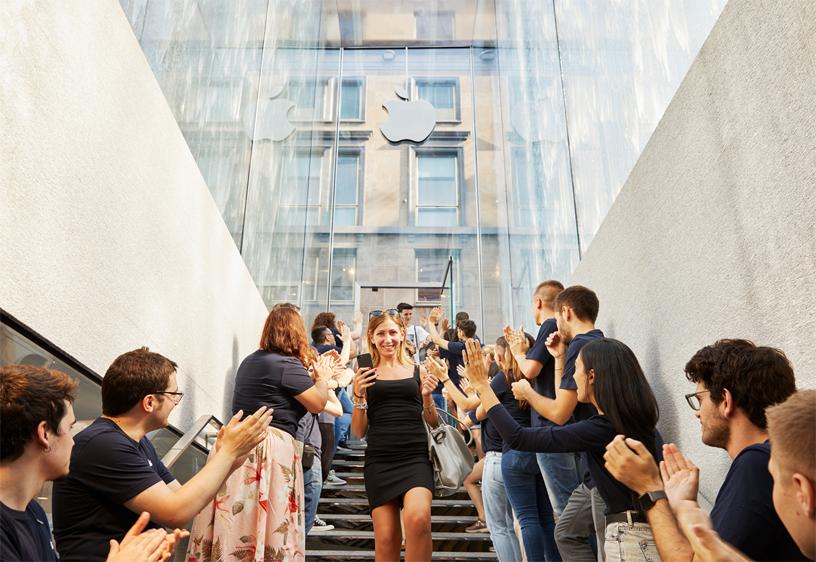 顾客走下玻璃喷泉入口的楼梯,进入 Apple Piazza Liberty。