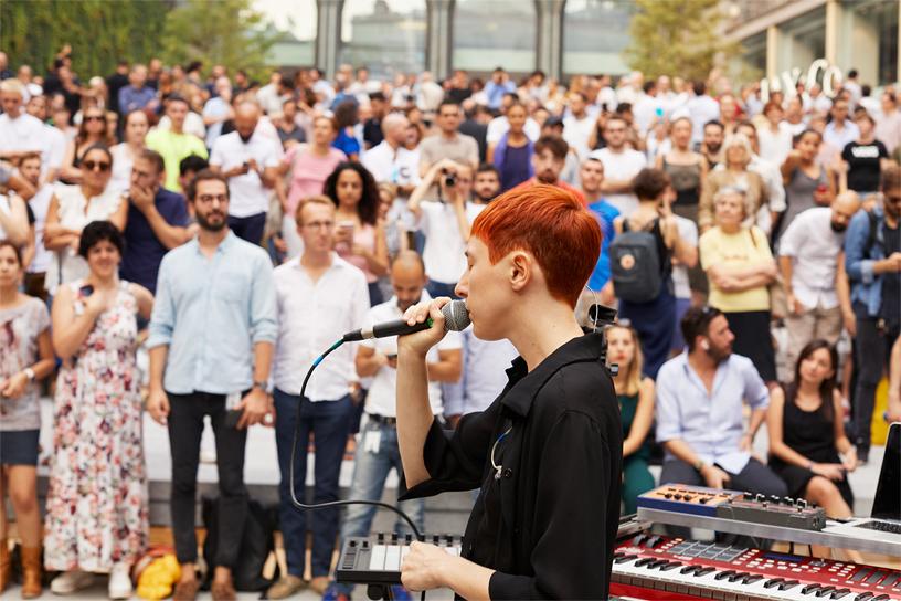 米兰表演者 L I M 在 Apple Piazza Liberty 的露天剧场进行表演。