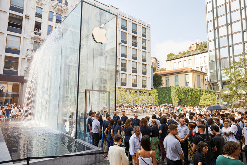 Apple Piazza Liberty 开幕当日吸引上千名顾客到访。