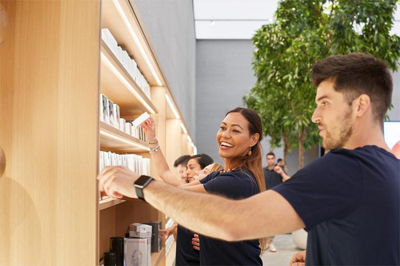 Apple Piazza Liberty 团队成员在店内整理货架。